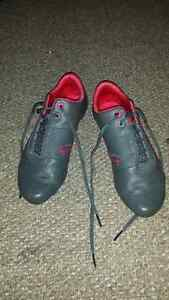 FEMALE PUMA SNEAKERS.  Size 7 youth. Used twice
