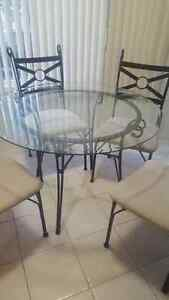 KITCHEN TABLE SETwITH 4 CHAIRS. Almost new