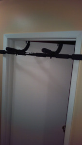 Door jamb chin-up bar