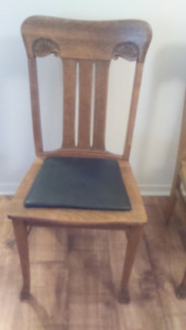 round table -Oak  dining room table with side chairs
