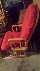 Jolie chaise berçante en bois
