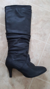 SIZE 8 BLACK BOOTS