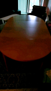 Round / oval dining table ( with w 2  leaves).