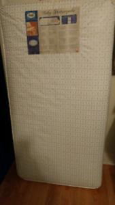 Crib mattress / matelas de bassinette Sealy. New condition