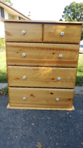 Solid wood 5 drawer dresser in excellent condition