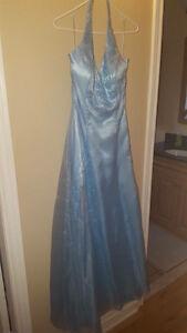 Robe de bal bleue pale gr7ans,paye $425 et laisse à $125 1 fois