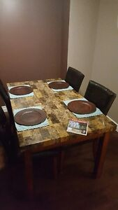 Beautiful Dining Room Table w/ Chairs
