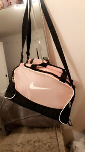 WOMENS NIKE GYM BAG FOR SALE! Great condition