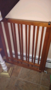 Dual banister baby gate