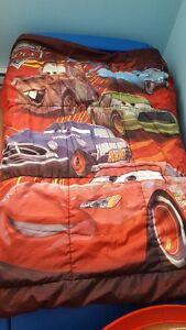 lit d'appoint en forme d'auto avec matelas et literie complète