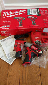 Milwaukee M12 Impact Kit (includes Charger + Battery) - Visseuse