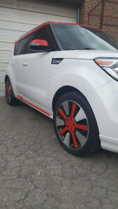 ***MINT CONDITION****Kia Soul - SE White with Red Trim