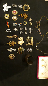 COSTUME JEWELERY GROUP - BROACHES, EARINGS & NECKLACES