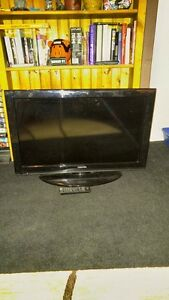 32 INCH LCD TOSHIBA FLAT SCREEN TV INCLUDES REMOTE