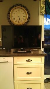 32 INCH RCA LED FLAT SCREEN TV INCLUDE REMOTE + BUILT IN DVD PLA