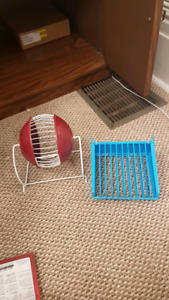 SMALL ANIMAL HAY FEEDER