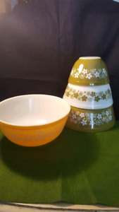 Pyrex Mixing Bowls - Set of 3 + Extra