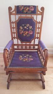 UNIQUE, Très belle chaise berçante antique en bois et lainage