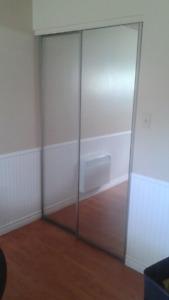 """Portes de garde - robe coulissantes en miroir 2X24"""" avec rails."""