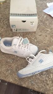 BRAND NEW WOMENS SIZE 6 DC SHOES