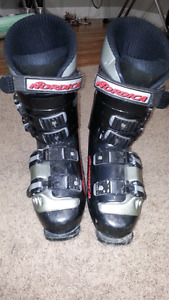 Ski boots approx men's size 9.  ( 27-27.5 )