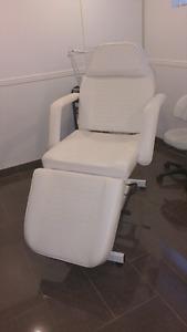 Chaise d'esthétique  et table manucure