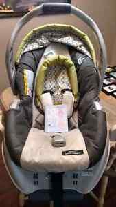 Graco SnugRide Classic Connect car seat and Base London Ontario image 1