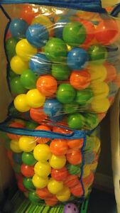 Two big bags of balls / Deux gros sacs de balles
