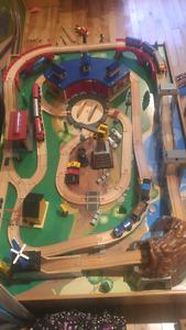 Trains  et table de bois.