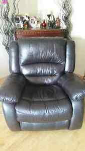 Fauteuil inclinable cuir payer 1.300 comme neuf