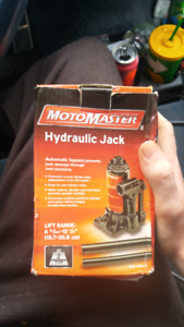 Motomaster hydraulic jack in box, never used. 20$