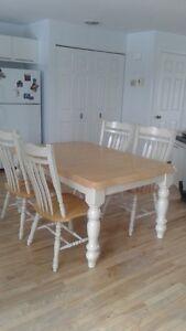ensemble table et 4 chaises bois-francs 2 tons