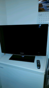 """32"""" Samsung Lcd Tv with Remote."""