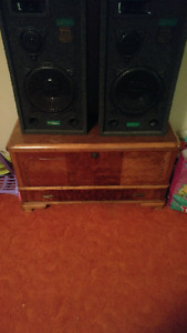 Brand new never been used graffdale 300 watt speakers