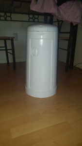 Munchkin Diaper Pail for sale-Freshly cleaned and ready for sale