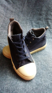 Size 4 Youth hi-top runners