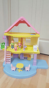 Fisher Price Little People house and family