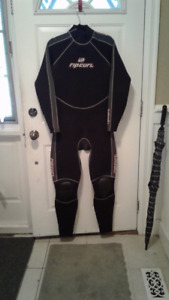 XXL Rip Curl mens wetsuit with kneepads.