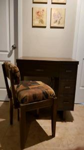 Machine à coudre, meuble et chaise