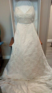Beautiful wedding gown, excellent shape!