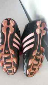 Girls soccer shoes size 4 London Ontario image 3