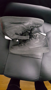 ALL BLACK NIKE AIR FORCE 1 MIDS NEED GONE ASAL