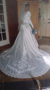 TRÉS BELLE ROBE DE MARIAGE COMME NEUVE 350$