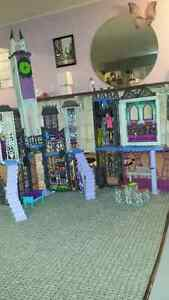 monster high house, dolls and two shirts Peterborough Peterborough Area image 2