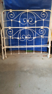 Antique double/full iron bed