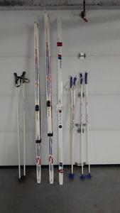 3 paires de skis de fond + bottes + baton + fixation et 2 cadena