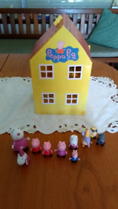 PEPPA PIG DOLL HOUSE WITH FIGURINES. SOLD P/P UP