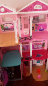 Selling barbie house No accessories included