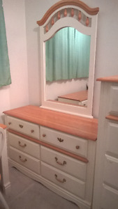 Beautiful 7 pc twin bedroom set solid wood in great condition