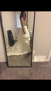 Brand new wedding dress for sale! (Size 6/8)